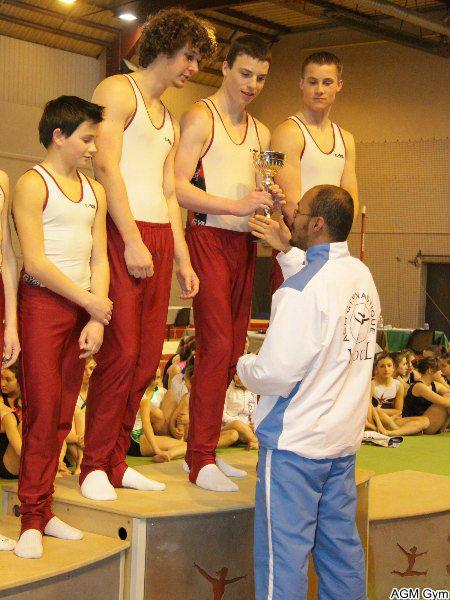 Idriss remet une coupe aux garçons de la St Claude